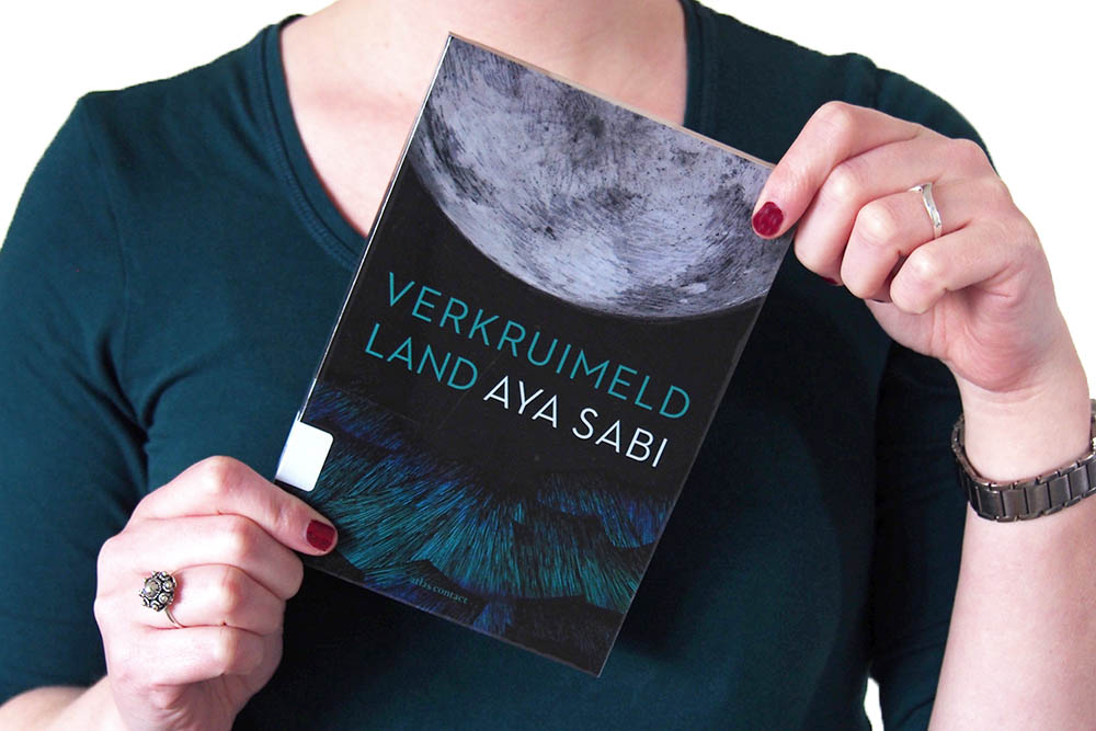 https://www.boekvinder.be/wp-content/uploads/2018/02/Verkruimeld-Land-Aya-Sabi-1b.jpg